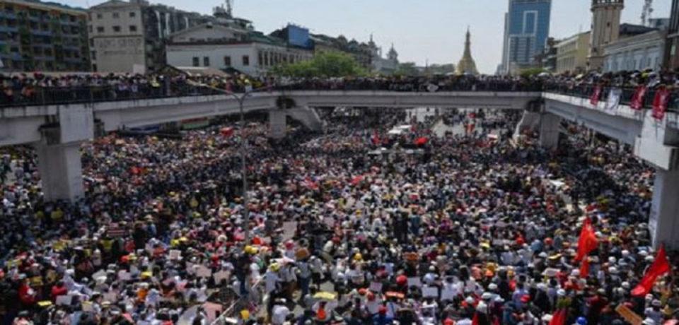 বিক্ষোভকারীদের দখলে ইয়াঙ্গুনের রাজপথ